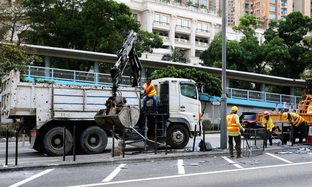Key highway reopens, HK remains relatively calm