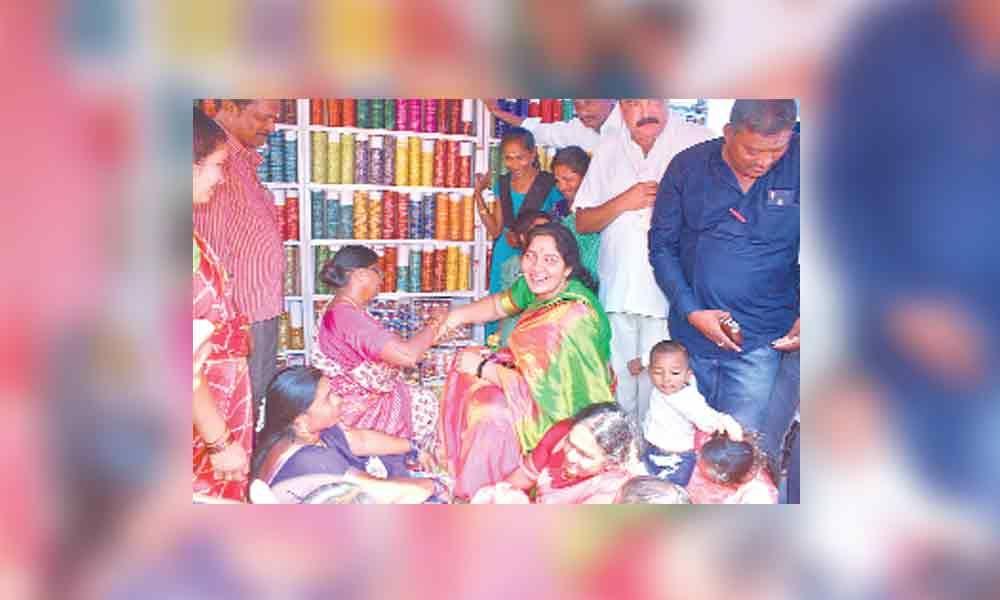 Kuravi Jatara wows Minister Satyavathi Rathod