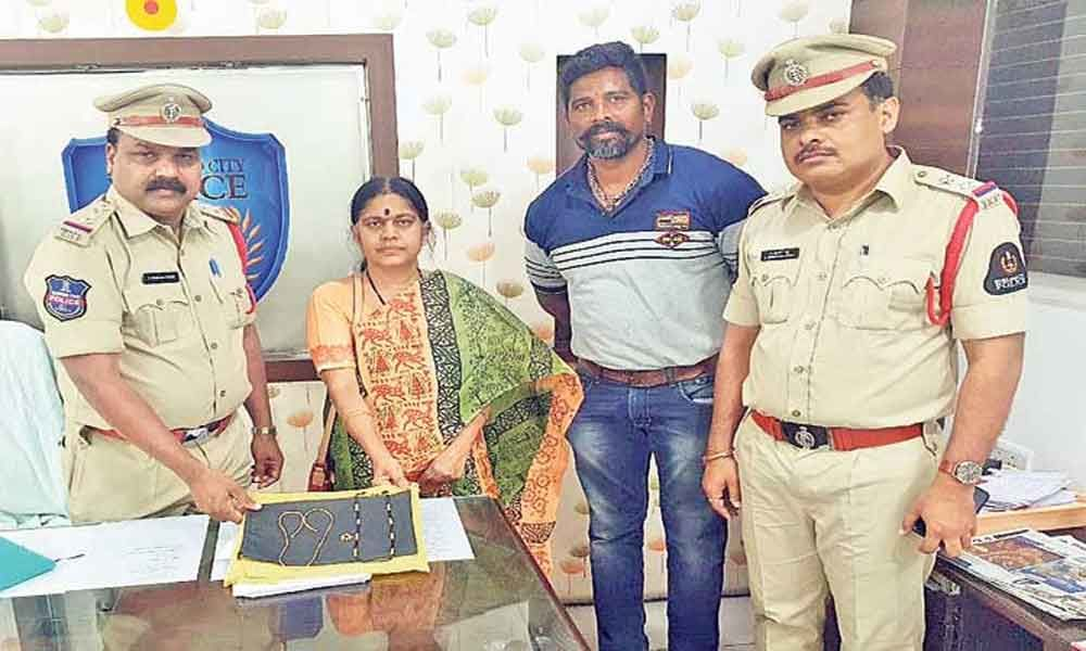 Hyderabad: Police return gold worth Rs 2.5 lakh  to passenger