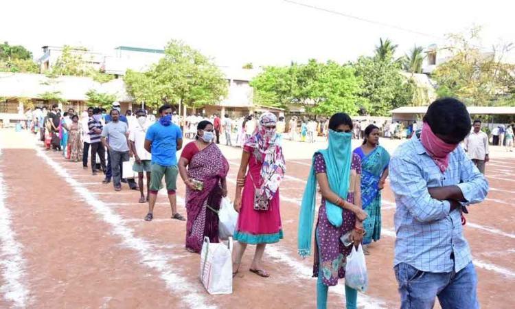 Kakinada: MLA Dwarampudi Chandrashekhar Reddy, civic chief K Ramesh inspect Rythu Bazaar