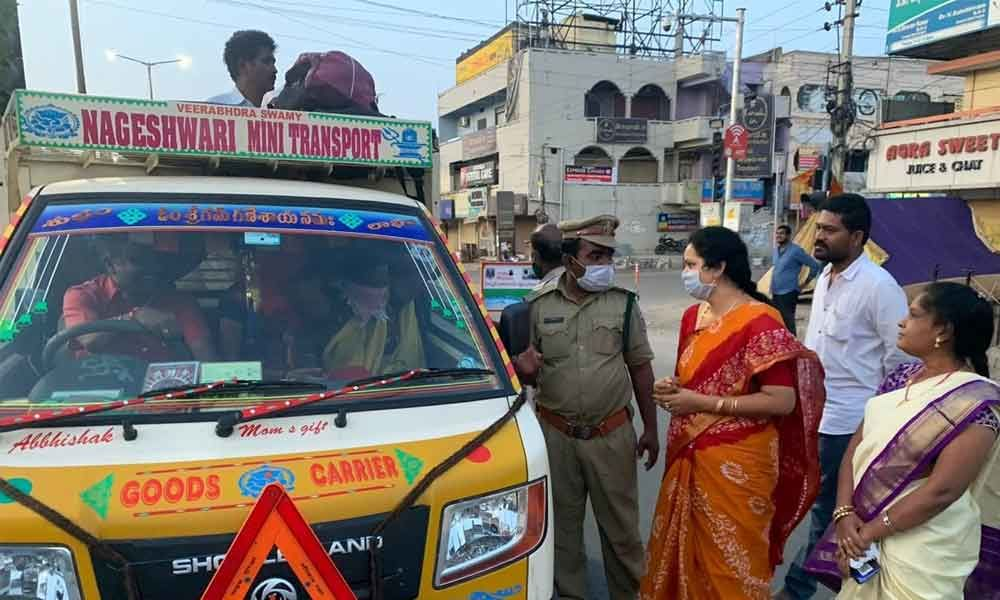 Hyderabad: Corporator Lakshmi Prasanna Rammohan Goud thanked police for their services
