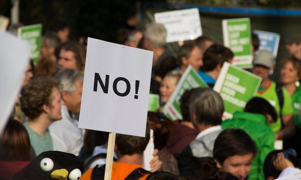 Thousands protest against internet restrictions