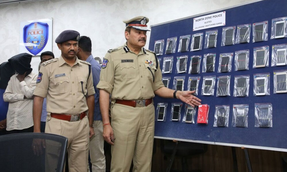 Mobile phone theft gang busted, 8 arrested