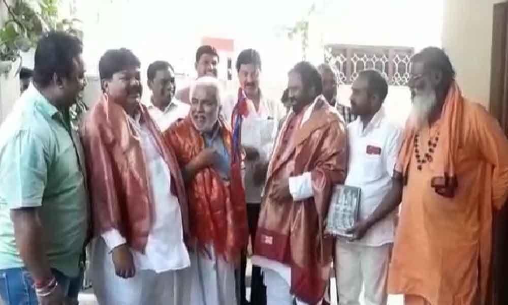 Gaddar extends support to Anjan Kumar Yadav