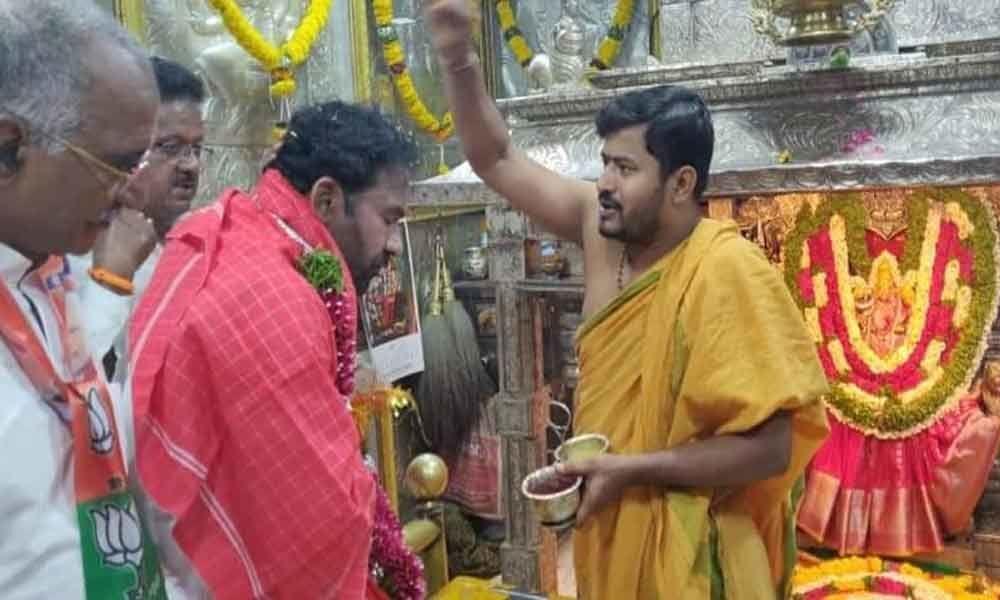 Kishan prays at Balkampet temple