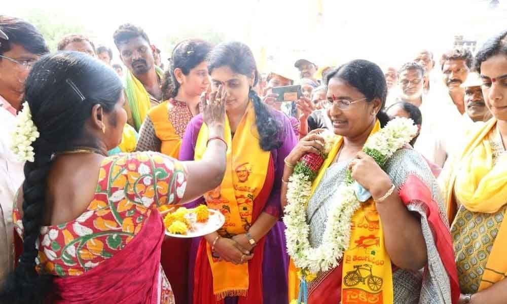 MP Rayapatis daughter-in-law takes part in campaign