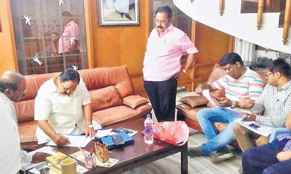 I-T dept raids DMK treasurer Durai Murugan