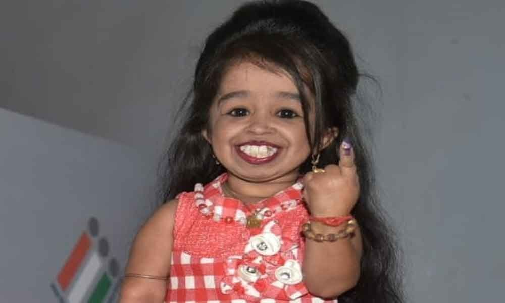 Worlds smallest woman votes in Nagpur