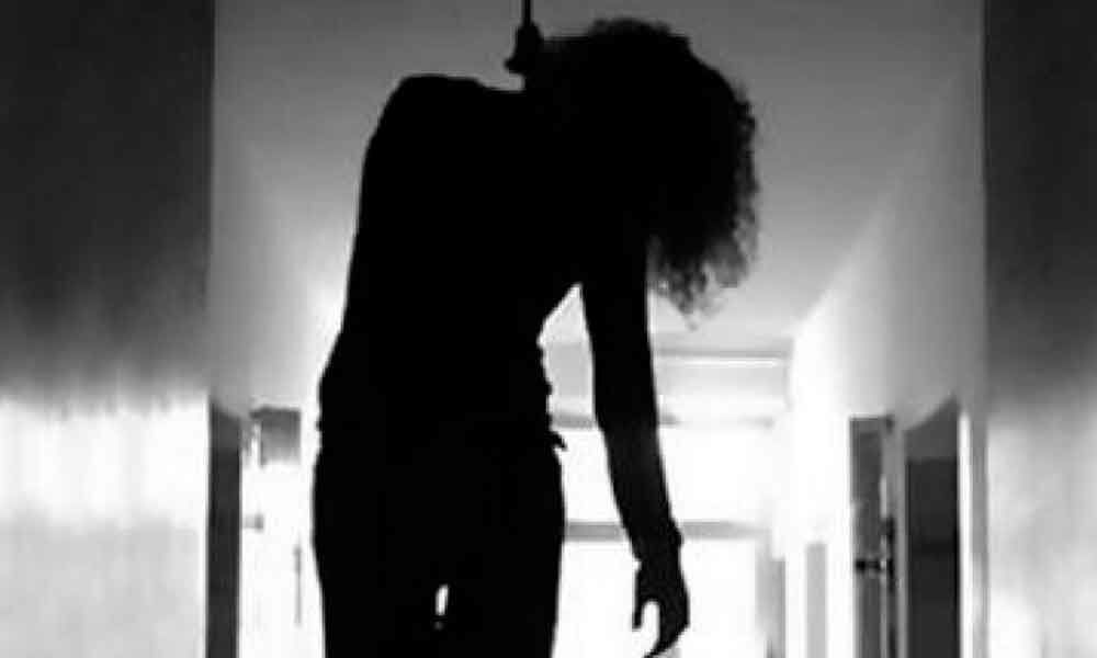 Mom scolds for cellphone, 18-year-old Madhya Pradesh girl commits suicide
