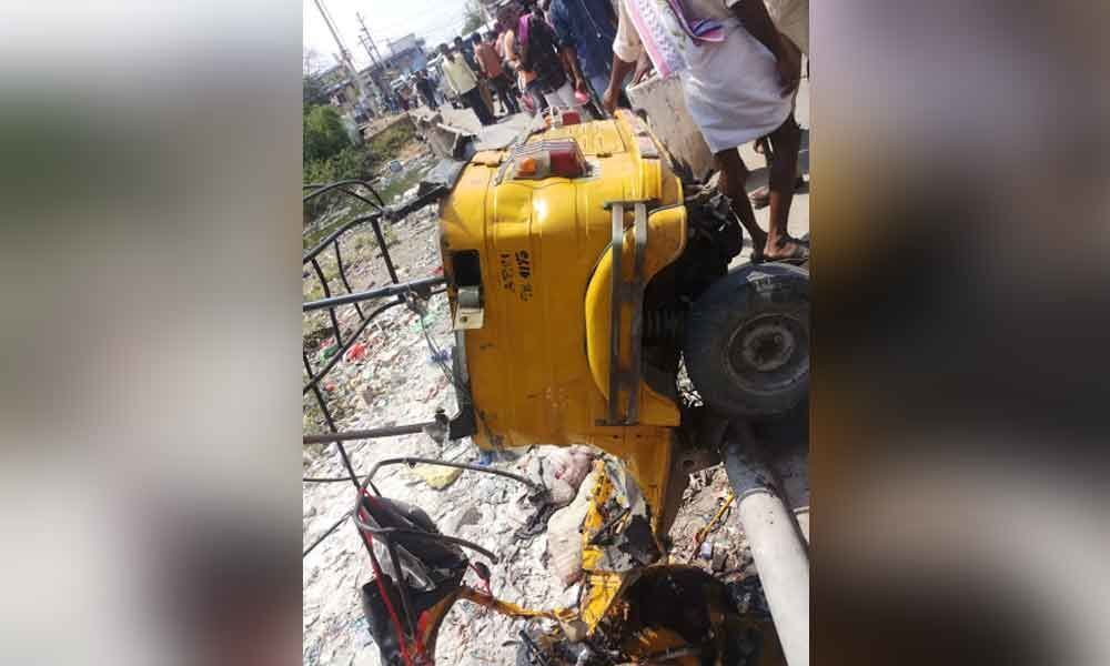 Oxygen cylinder explodes in Auto,one died another seriously injured