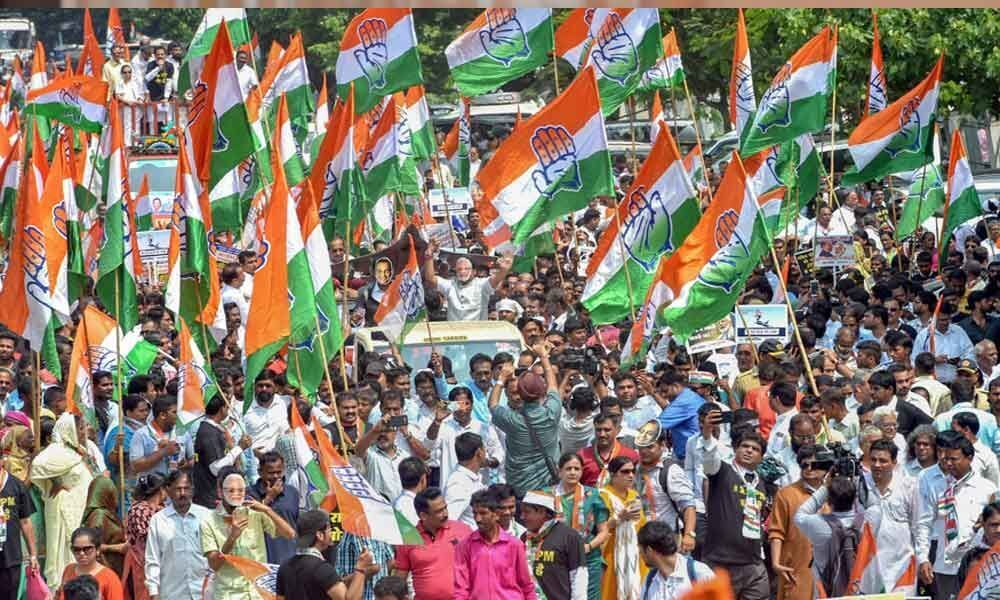 Congress workers protest outside Rahuls residence