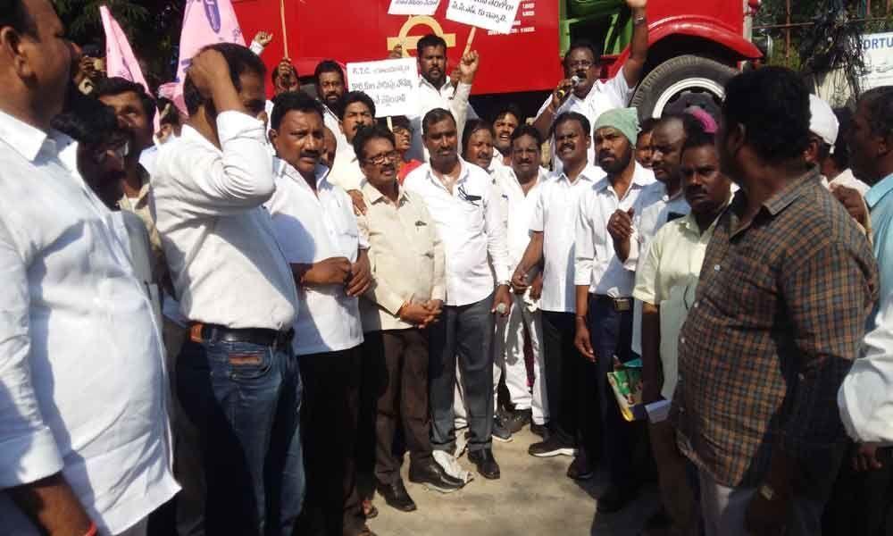 Telangana Mazdoor Union stages protest at Bus Bhavan