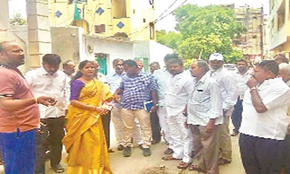 Corporator Alakunta Saraswathi apprised of long-pending civic issues