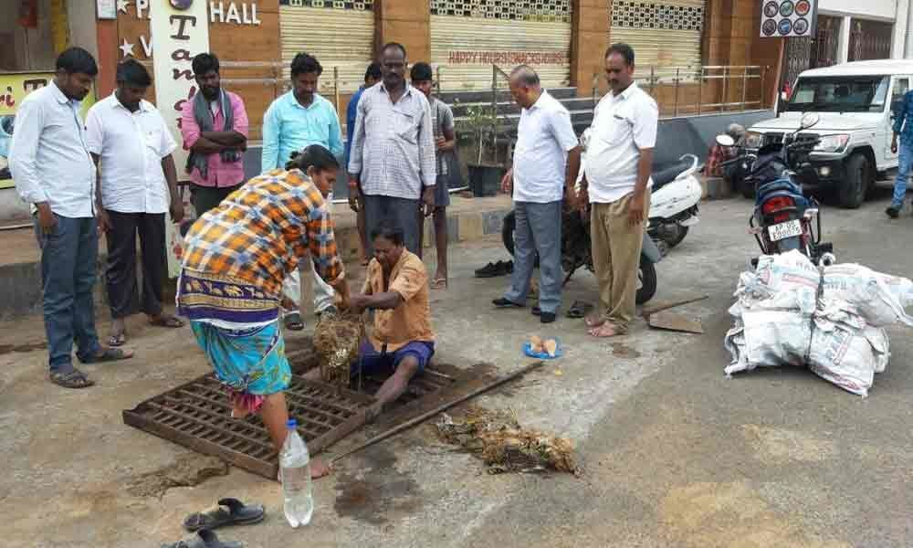 R Municipal Corporation begins silt cleaning work