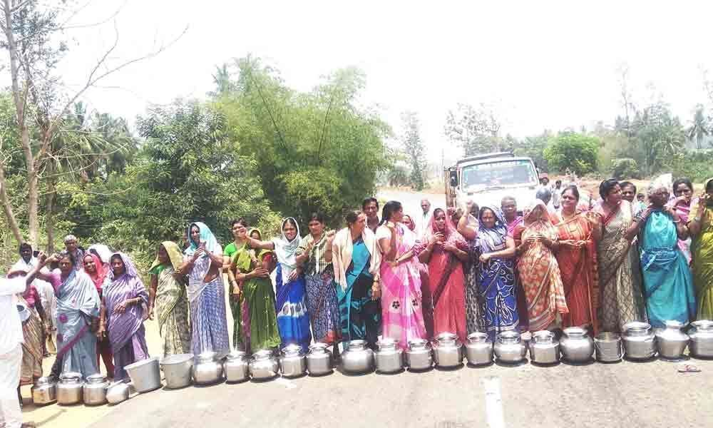 Women stage dharna for water