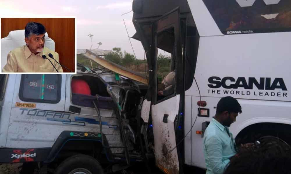 Naidu directs to provide medical support to victims in Kurnool accident