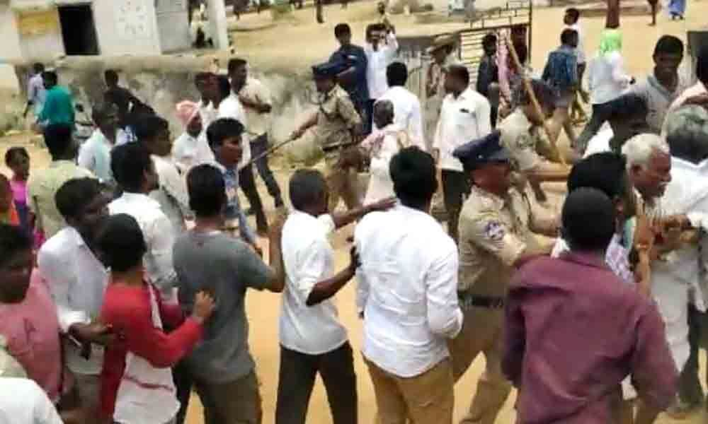TRS, Cong workers exchange blows in Kodad, Mattampally