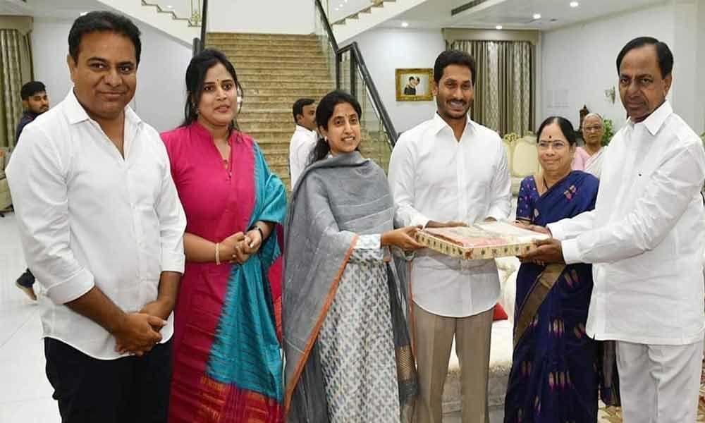 Jagan meets KCR at Pragathi Bhavan