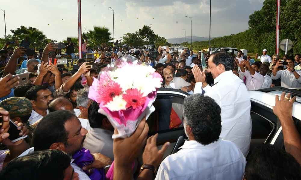 Rousing reception to KCR in Tirupati