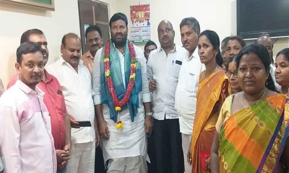 Congress leaders felicitate Srisailam Goud