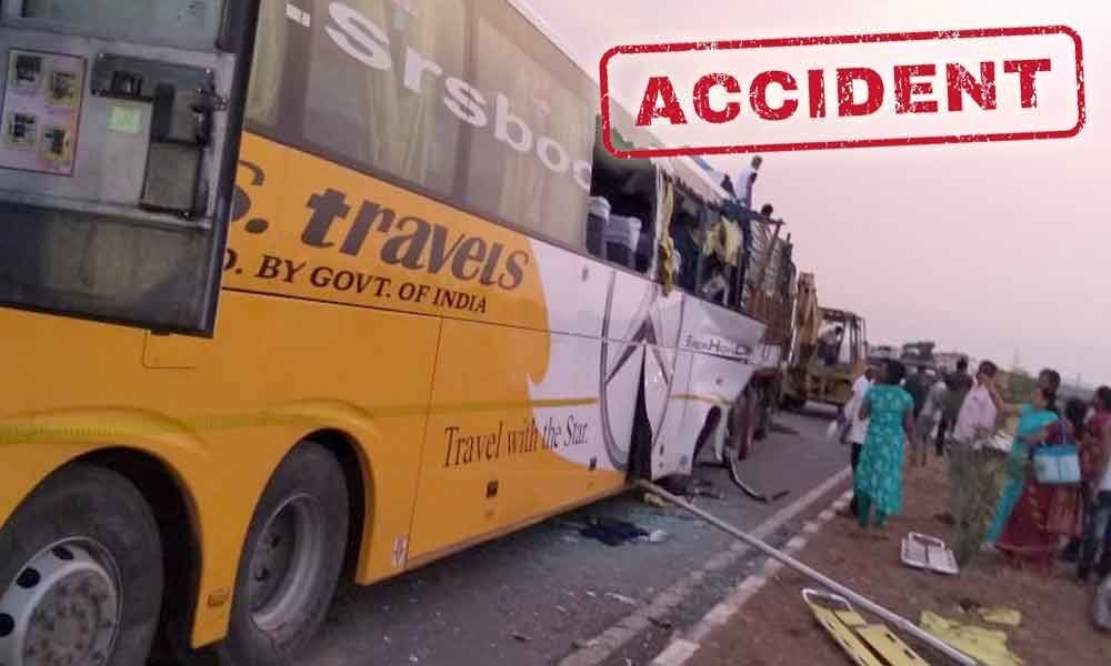 3 people killed, after a private bus rams into lorry in Kurnool