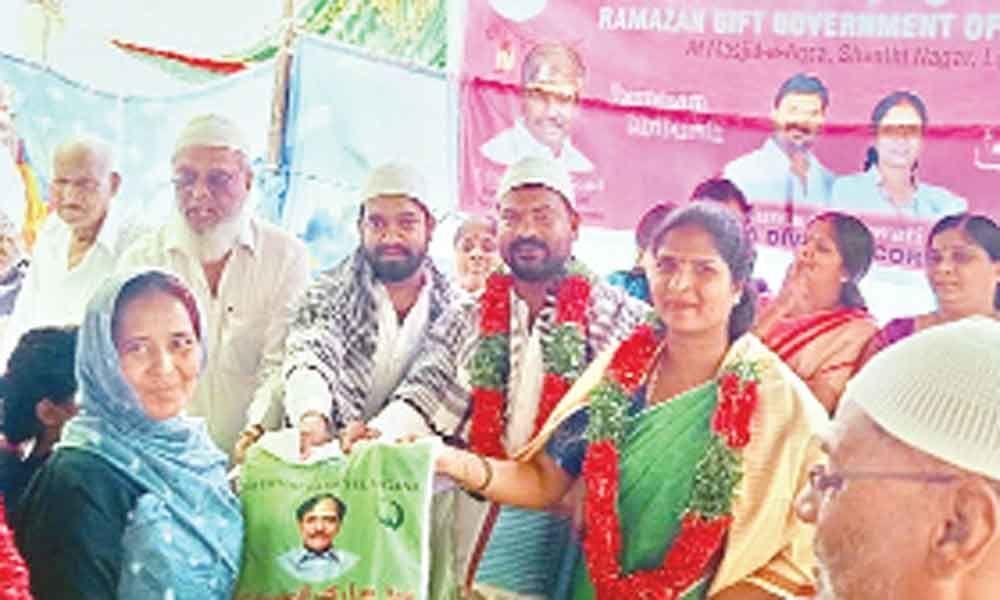 TRS leaders T Trinethra Goud present Ramzan gifts