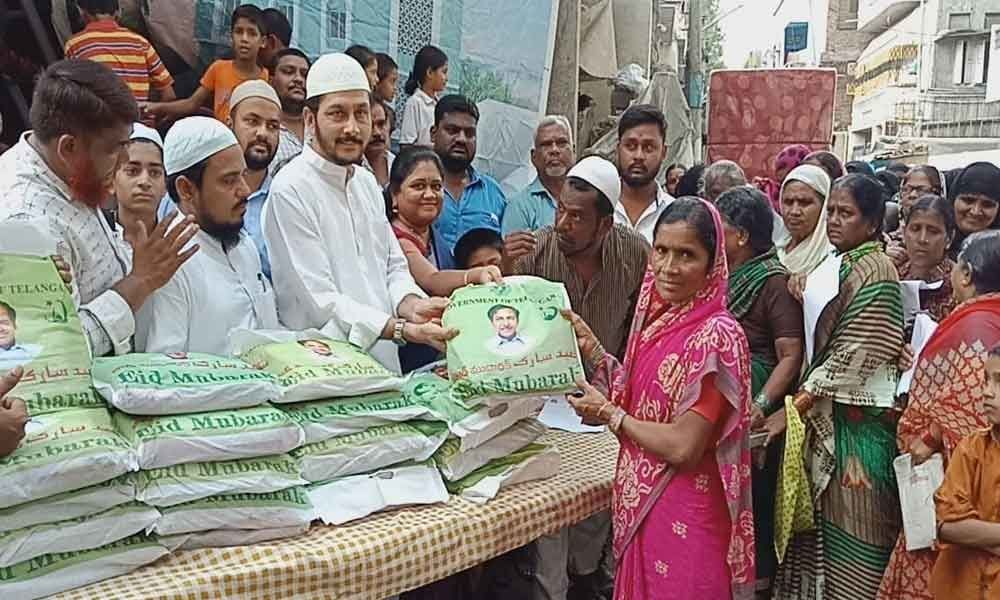 TRS leader distributes Ramzan gifts