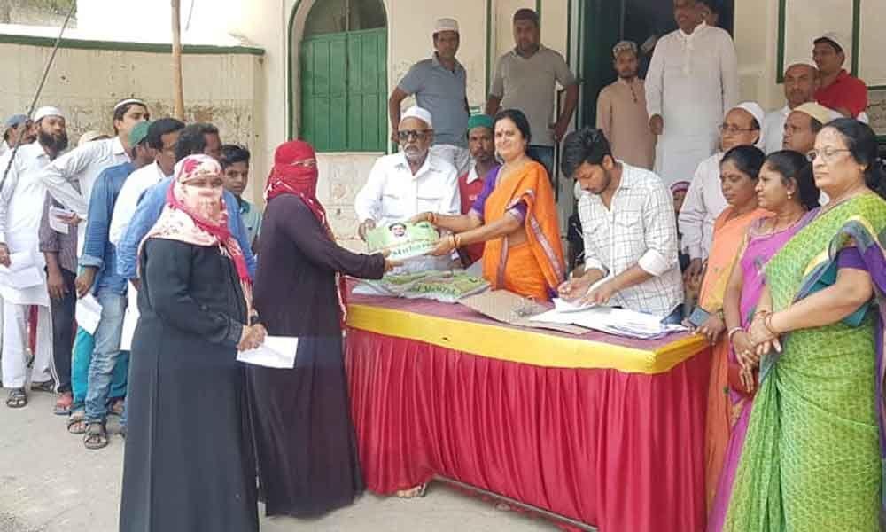 Corporator M Lakshmi Prasanna Goud distributes Ramzan gifts