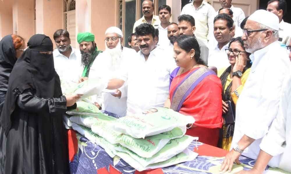Minister Talasani Srinivas Yadav distributes Ramzan gifts