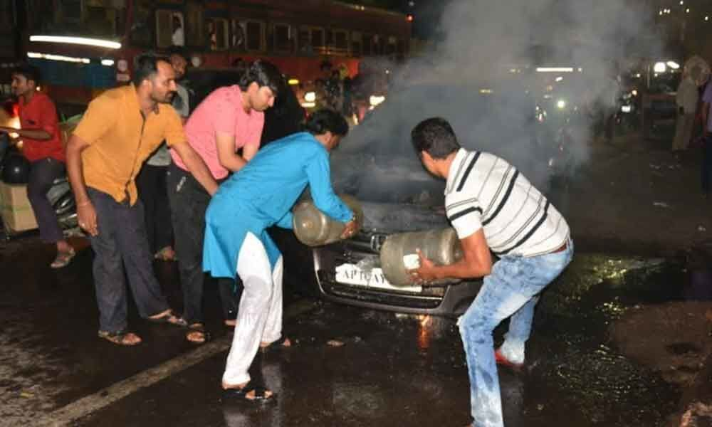 Fire broke out in a moving car in Afzalgunj PS limits