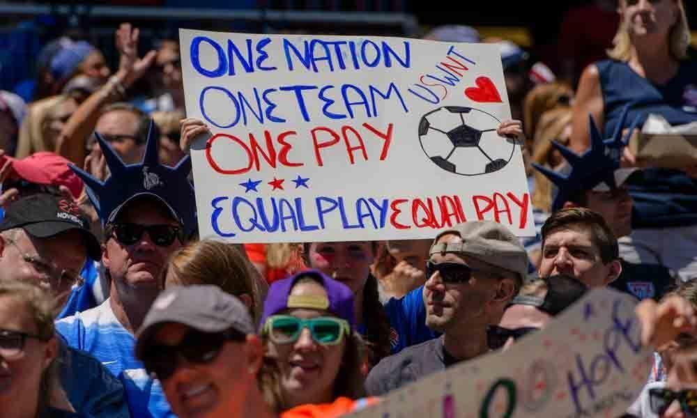 Australian female footballers to earn landmark same base pay as men