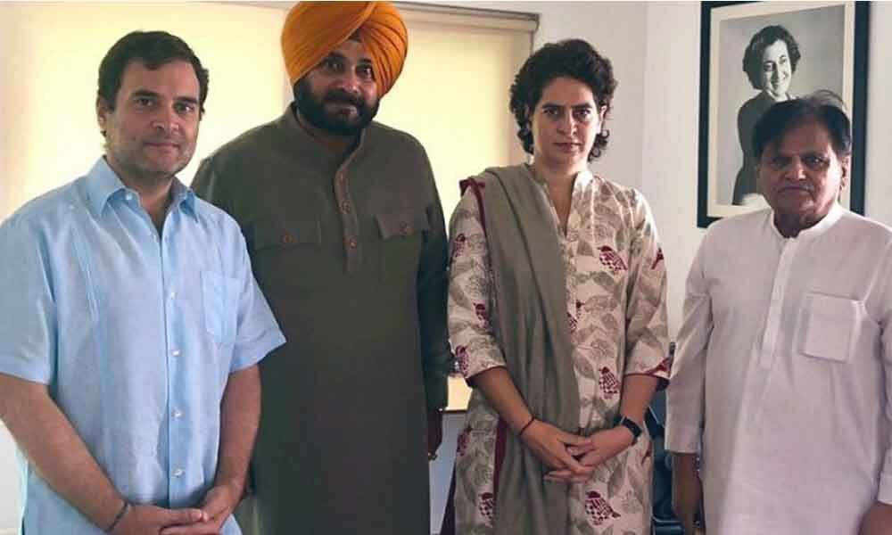 Handed my letter: Sidhu meets Rahul Gandhi, apprises him of situation