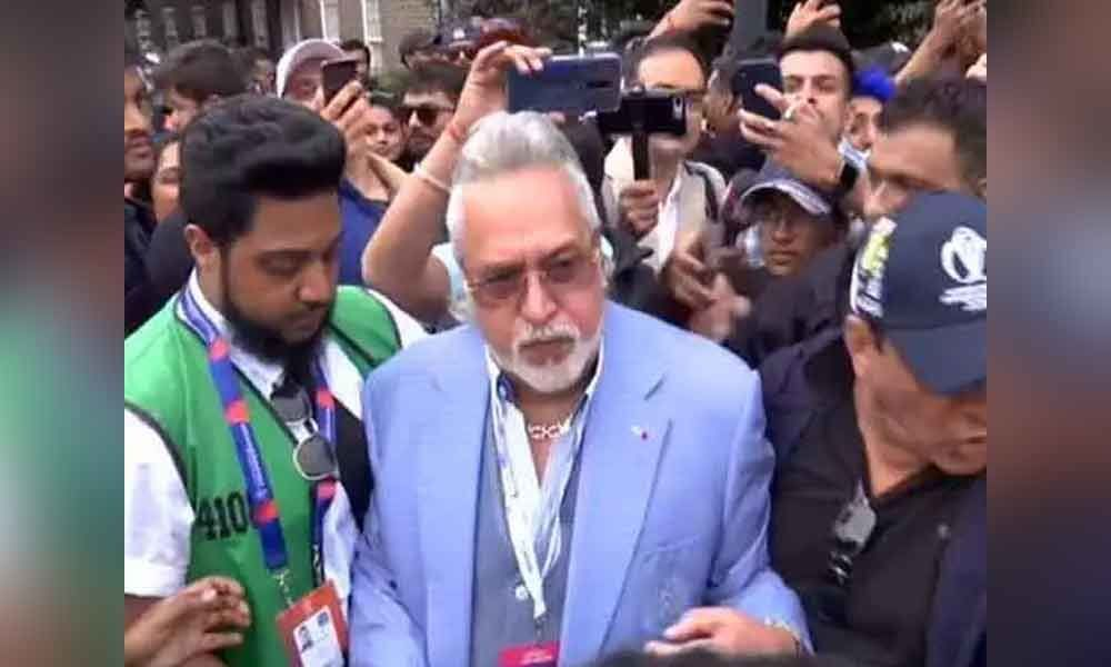 Crowd shouts chor hai as Mallya leaves from The Oval after match