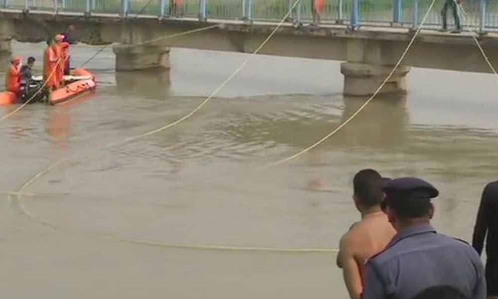 Van falls into canal, 7 children feared dead