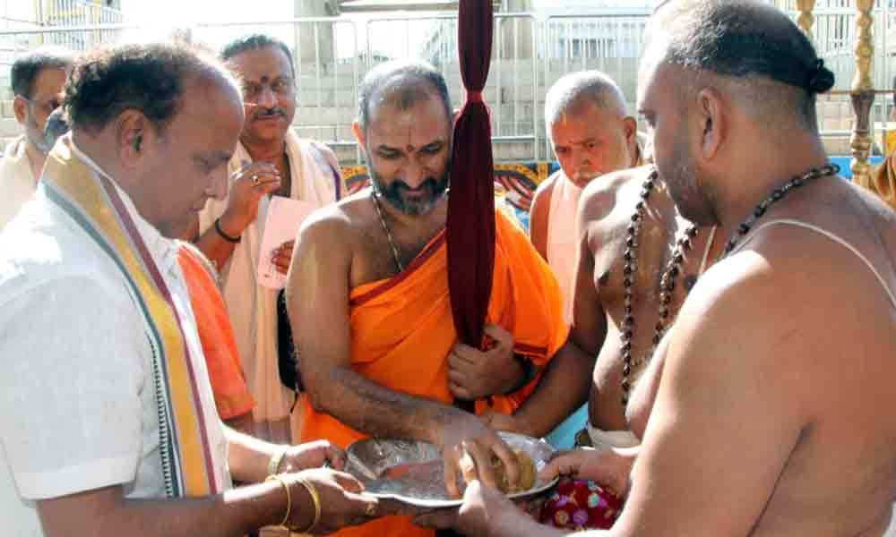 Seer offers prayers at Tirumala temple