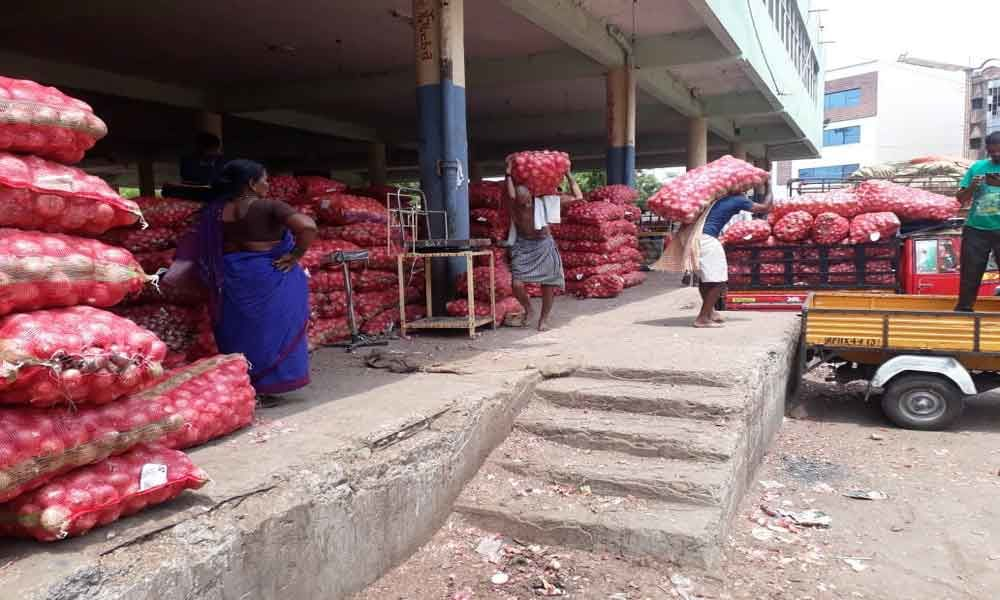 Abundant supplies lead to drop in onion prices