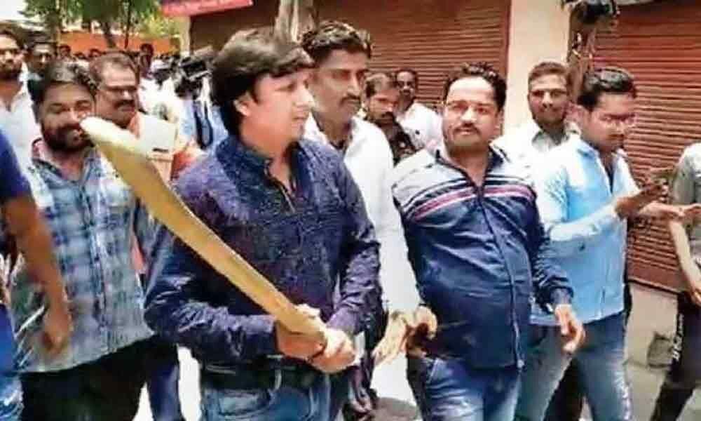 Out on bail, BJP MLA Akash Vijayvargiya gets heros welcome