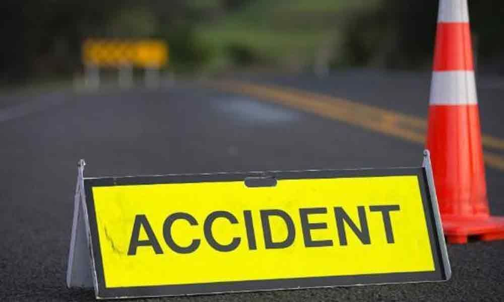 Car hits stationary lorry at Chilakaluripet
