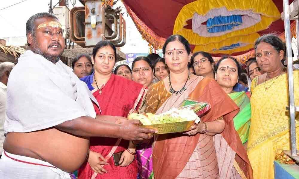 Galla Aruna performs puja to Ganganamma Temple