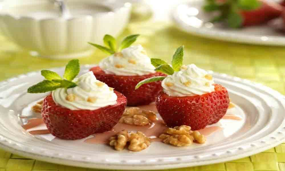 Strawberries stuffed with walnuts mousse