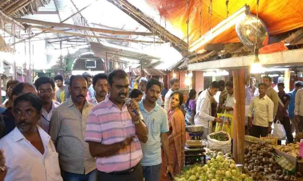 Civic chief asks vendors not to use plastic bags