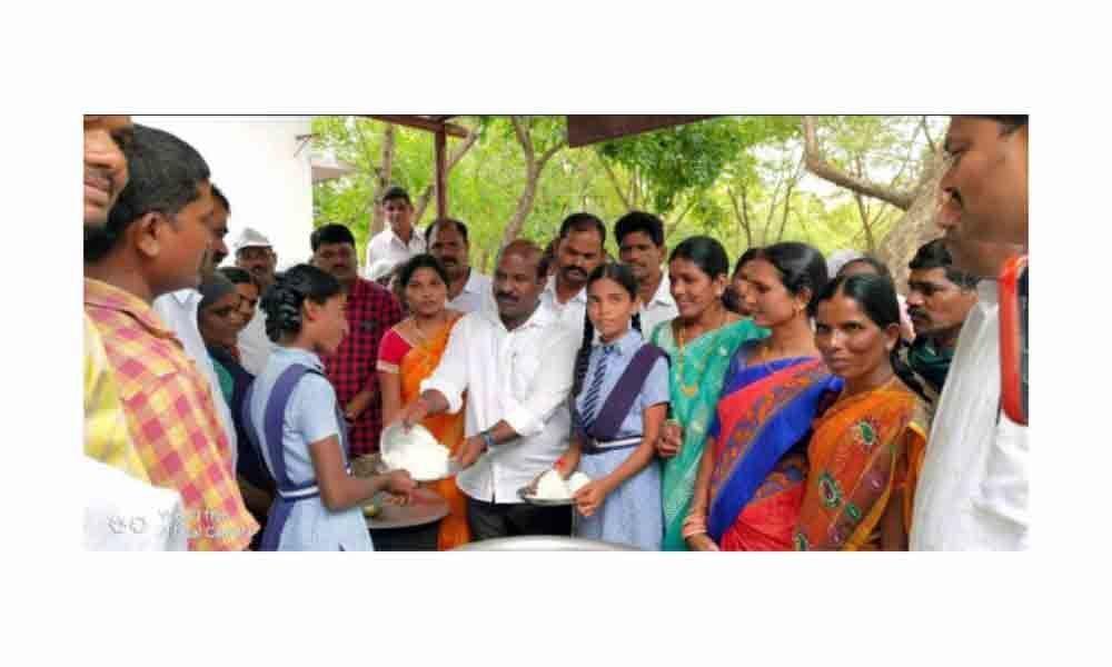 Nakrekal MLA Chirumarthi Lingaiah inspects Gundrampally government school