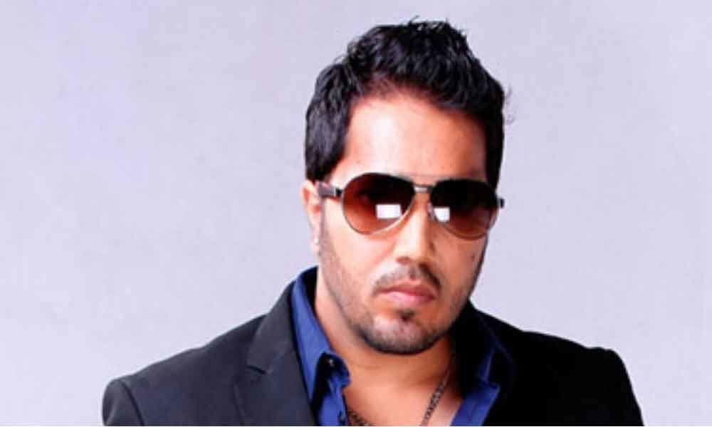 Mika Singh enthrals ISI officials, Dawood