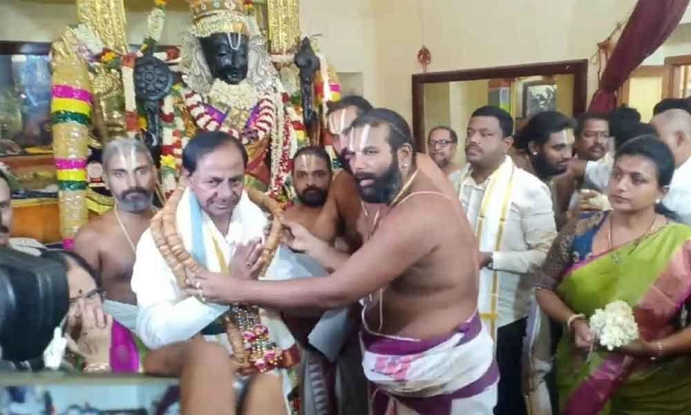 KCR prays to Athi Vardar in Kanchi