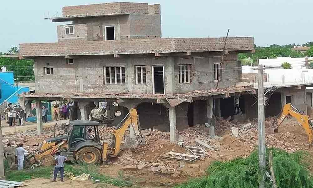 Ex-NUDA chief obstructs demolition of house, held in Nellore