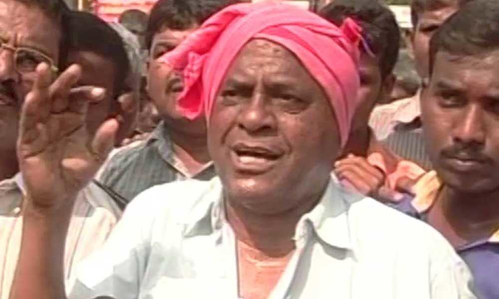 Bangi Anantaiah protest over closure of Anna canteens