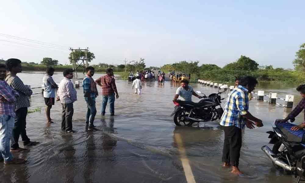 Road connection between Achempet-Taduvai cut off  in Guntur