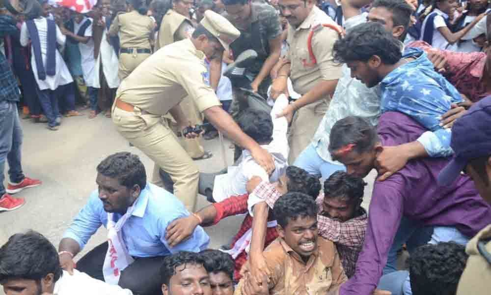 Nalgonda: SFI demands release of pending fee dues, stages protest at Collectorate