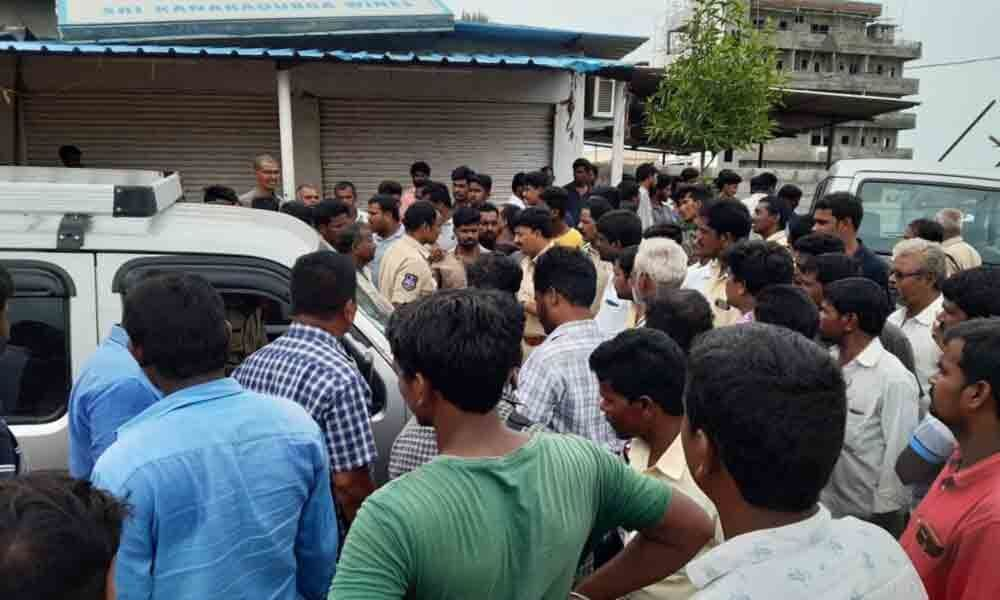 Villagers protest at wine shop accusing it of selling spurious liquor in Yadadri-Bhongir