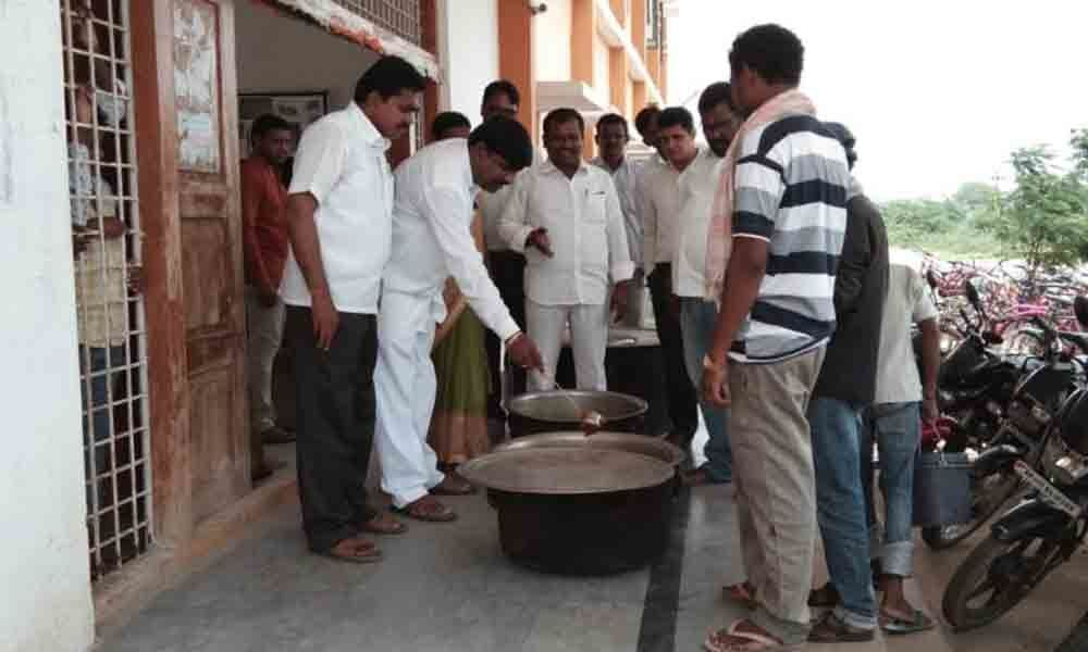 Provide quality food to students, MPP orders MEO in Karimnagar